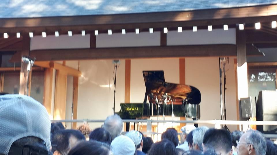 神社でジャズ! 風の音とピアノの音の共演を楽しむ